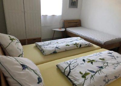 Schlafzimmer mit drittem Bett - Ferienwohnung Bruckmühl - Thaller