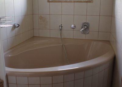 Bad mit Eckbadewannde - Wohnung Annina - Familie Thaller - Bruckmühl